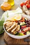 烤鸡和新鲜蔬菜砍了沙拉 库存照片