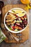 烤鸡和新鲜蔬菜砍了沙拉 免版税库存照片