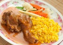 烤鸡和涂奶油的玉米 库存照片