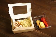 烤鸡和菜与切片在两个容器 库存图片