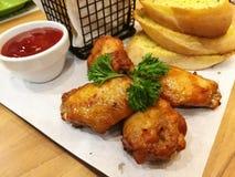 烤鸡和蒜味面包 图库摄影
