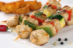 烤鸡或火鸡肉串起与菜的膳食 免版税图库摄影