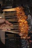 烤鸡烹调在Ubud公开市场上的Satay 免版税库存图片