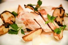 烤鸡用土豆楔住板材 免版税库存照片