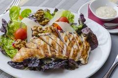 烤鸡用新鲜的沙拉 免版税库存图片