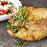 烤鸡用新鲜的草本和希腊沙拉 库存图片
