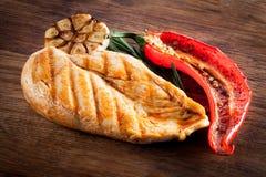烤鸡用胡椒和大蒜 免版税库存照片