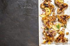 烤鸡翼用柠檬和草本 库存照片