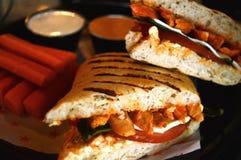 烤鸡肉三明治用切的红萝卜在板材服务 免版税库存图片
