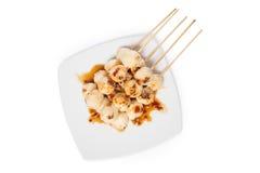 烤鸡肉丸用在whi隔绝的甜辣调味汁 库存照片