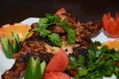 烤鸡肉和大米用开胃菜在白色板材 库存图片