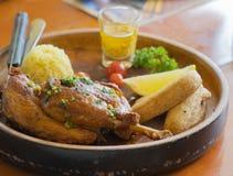 烤鸡肉用炒饭、油煎的香蕉、柑橘和y 图库摄影