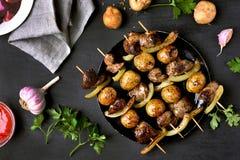 烤鸡肝和菜kebabs 免版税库存照片