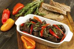 烤鸡肝脏用油煎的葱和红辣椒 库存图片