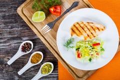 烤鸡胸脯和春天圆白菜沙拉,顶视图 免版税图库摄影