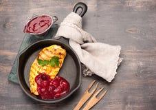 烤鸡胸脯和酸果蔓酱 免版税图库摄影