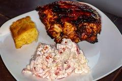 烤鸡胸脯新鲜在一块白色板材的格栅在等待的厨房用桌上被吃 免版税库存照片
