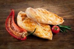 烤鸡胸脯用胡椒和蕃茄 免版税库存照片