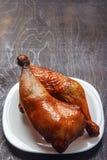 烤鸡腿在一块白色板材的一串烤肉烹调了在黑背景 顶视图从上面 复制空间 免版税库存照片