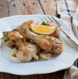 烤鸡腿用柠檬和大蒜 库存照片