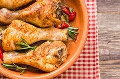 烤鸡腿用迷迭香、大蒜和红辣椒 库存照片