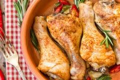 烤鸡腿用迷迭香、大蒜和红辣椒 免版税库存照片