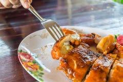 烤鸡调味汁在泰国街道食物市场上 免版税库存照片