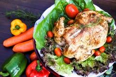 烤鸡,在食物的芳香草本帮助吃更多 图库摄影