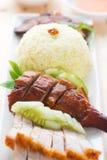 烤鸭子和烤猪肉酥脆siu yuk米 库存照片