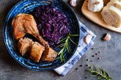 烤鸭子用被炖的红叶卷心菜和饺子 免版税库存照片
