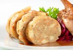 烤鸭用面包饺子和红叶卷心菜 库存照片