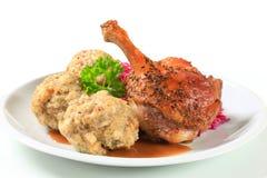 烤鸭用Tyrolean饺子和红叶卷心菜 免版税库存照片