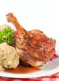 烤鸭用Tyrolean饺子和红叶卷心菜 库存照片