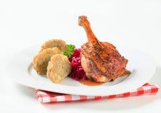 烤鸭用Tyrolean饺子和红叶卷心菜 免版税库存图片