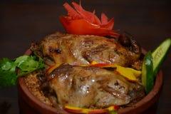 烤鸽子和米用开胃菜在砂锅 图库摄影