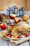 烤鹅用苹果和菜 免版税库存照片