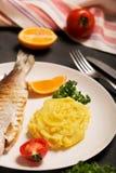 烤整个鳟鱼、土豆、柠檬和大蒜,关闭,垂直的取向 图库摄影