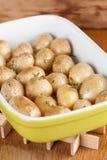 烤婴孩土豆用麝香草 免版税库存图片