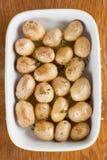 烤婴孩土豆用麝香草 库存照片