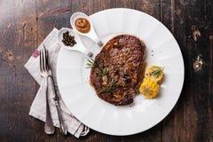 烤黑安格斯牛排Ribeye和辣椒酱 库存图片