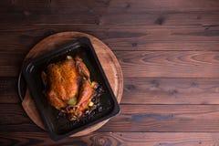 烤整鸡/火鸡为庆祝和假日 圣诞节,感恩,除夕晚餐 库存图片