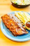 烤Bbq或烤肉肋骨用炸薯条 免版税库存图片