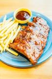 烤Bbq或烤肉肋骨用炸薯条 免版税库存照片
