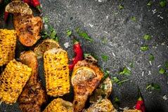 烤bbq玉米和chiken 免版税库存图片