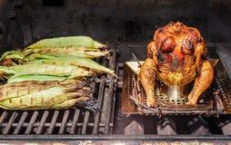 烤beeer能鸡和烤玉米 免版税库存照片
