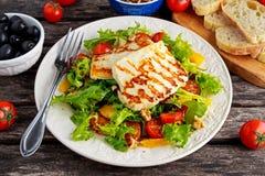 烤Halloumi乳酪沙拉巫婆桔子、蕃茄和莴苣 健康的食物 免版税图库摄影