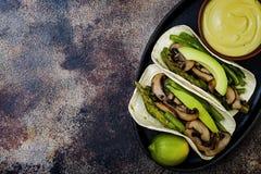 烤portobello,芦笋,甜椒,青豆法加它 Poblano与墨西哥胡椒,香菜,鲕梨crema的蘑菇炸玉米饼 库存照片