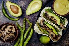 烤portobello,芦笋,甜椒,青豆法加它 Poblano与墨西哥胡椒,香菜,鲕梨crema的蘑菇炸玉米饼 免版税图库摄影