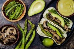 烤portobello,芦笋,甜椒,青豆法加它 Poblano与墨西哥胡椒,香菜,鲕梨crema的蘑菇炸玉米饼 免版税库存照片