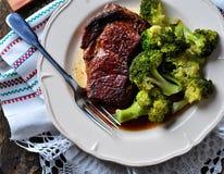烤ribeye牛排用在橄榄油和海盐的煮沸的硬花甘蓝 免版税库存照片